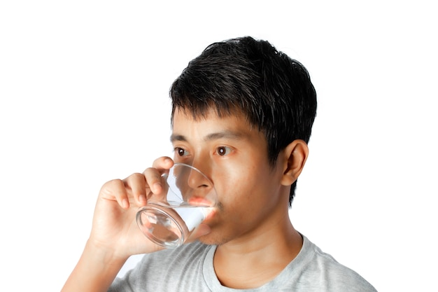 Portret van een jonge mensen drinkwater dat op wit wordt geïsoleerd