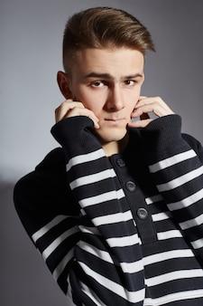 Portret van een jonge mode-man in contrasterende zwart-wit
