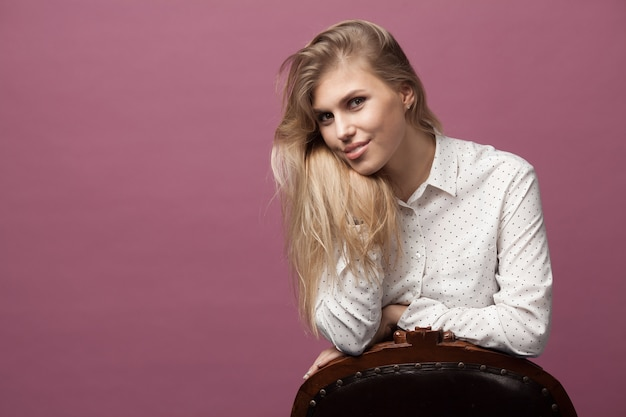 Portret van een jonge mooie blanke vrouw op roze