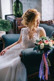 Portret van een jonge mooie bruid in het interieur