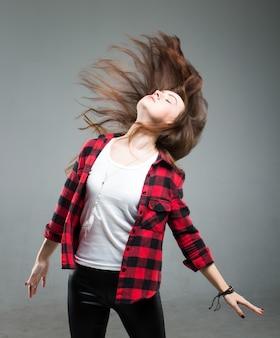 Portret van een jonge mooie bruine haired vrouw met haar in de wind.