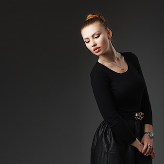Portret van een jonge mooie geïsoleerde vrouw