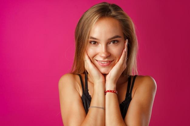 Portret van een jonge mooie gelukkige blanke vrouw die lacht