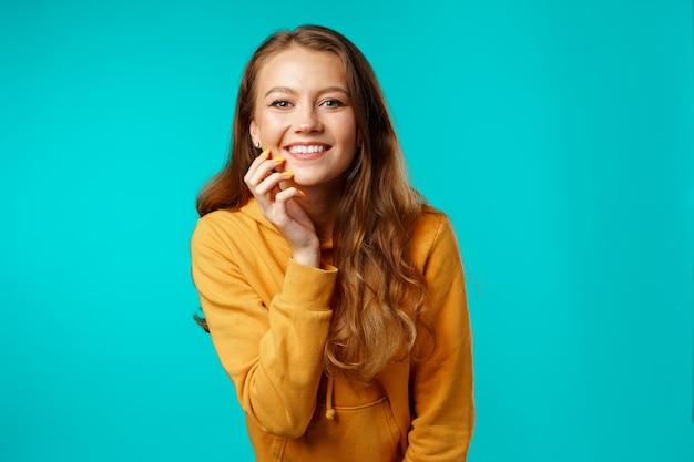 Portret van een jonge mooie gelukkige vrouw die dicht omhoog glimlacht