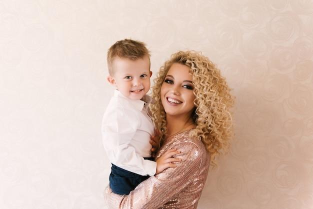 Portret van een jonge mooie moeder met haar zoon, gelukkig gezin