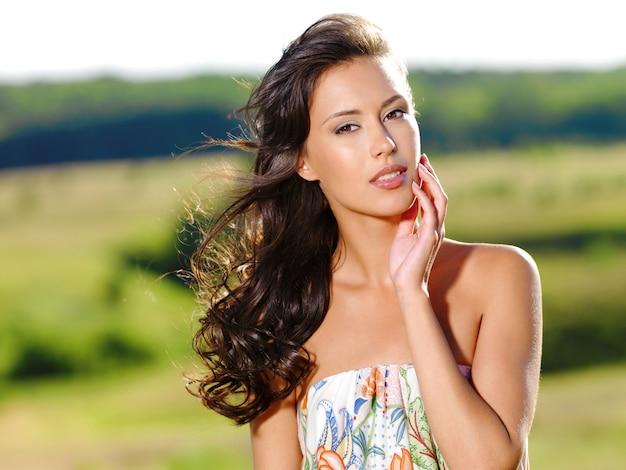 Portret van een jonge mooie sexy vrouw over de aard