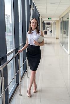 Portret van een jonge mooie vrouw binnen in het zakencentrum. werkplek