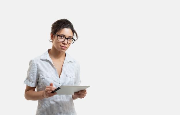 Portret van een jonge mooie vrouw in glazen met een tablet