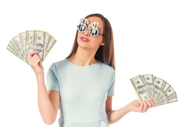Portret van een jonge mooie vrouw met een cache van geld.