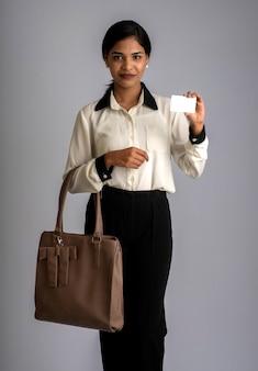 Portret van een jonge mooie vrouw met een handtas of tas en creditcard
