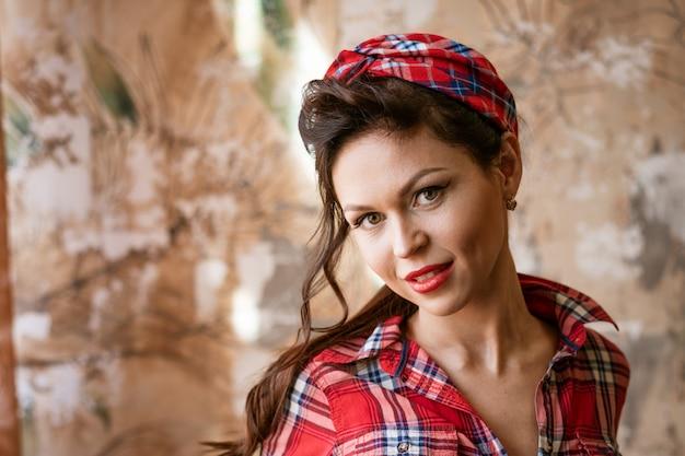 Portret van een jonge mooie vrouw pin-up stijl