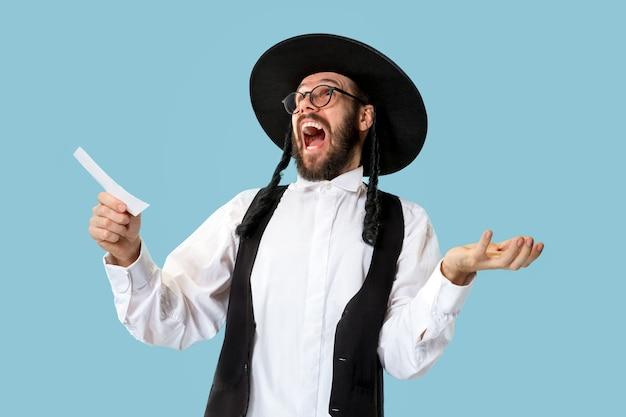Portret van een jonge orthodoxe joodse man tijdens festival purim.