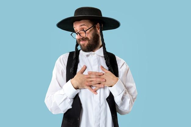 Portret van een jonge orthodoxe joodse man tijdens festival