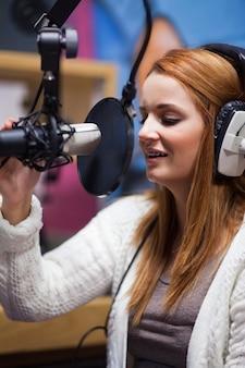Portret van een jonge radiogastheer die spreekt