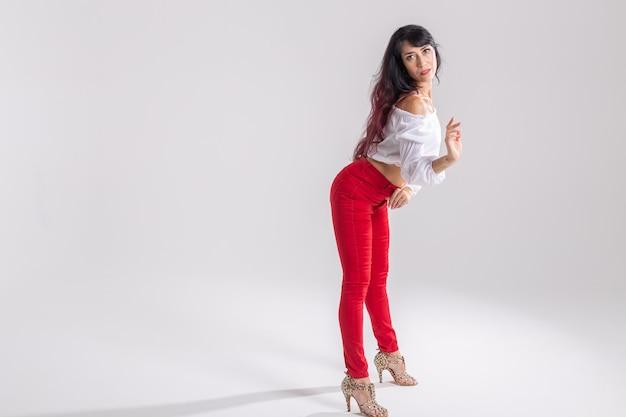 Portret van een jonge salsadanser met hakken
