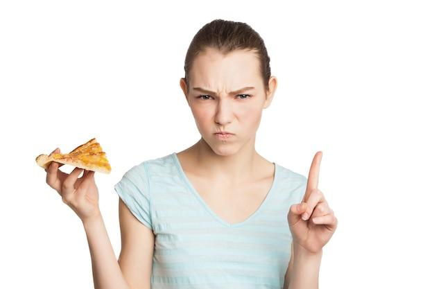 Portret van een jonge serieuze vrouw die weigert ongezond fastfood te eten