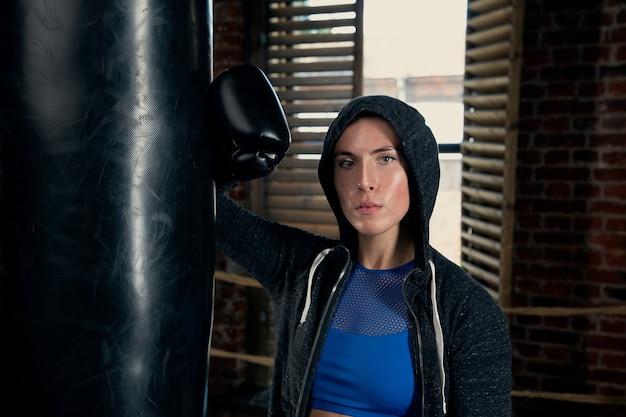 Portret van een jonge sportvrouw in bokshandschoenen