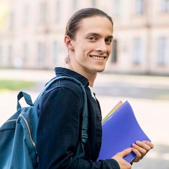 Portret van een jonge student lachend