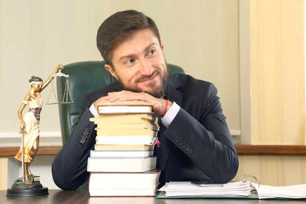 Portret van een jonge succesvolle advocaat op kantoor. belangenbehartiging en juridische activiteit