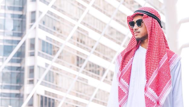Portret van een jonge succesvolle arabische zakenman in stad