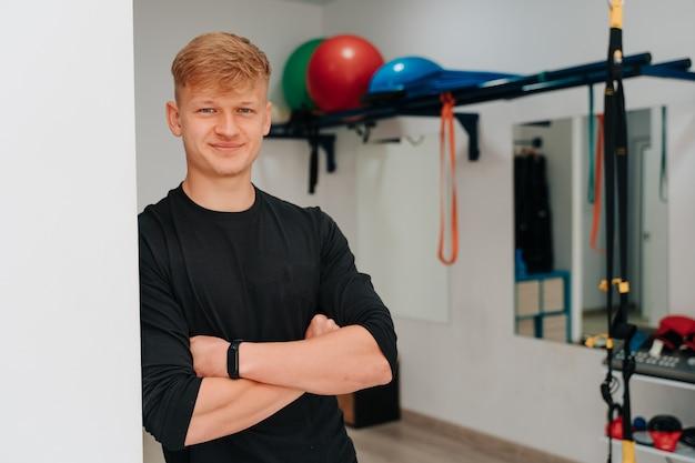 Portret van een jonge trainer van de elektrostimulatiegymnastiek.