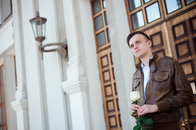 Portret van een jonge verliefde man die wacht op zijn vriendin