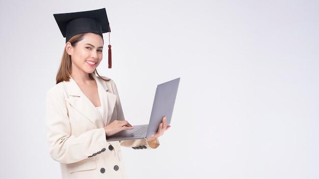 Portret van een jonge vrouw afgestudeerd op witte achtergrond