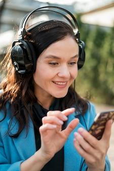 Portret van een jonge vrouw die aan muziek luistert