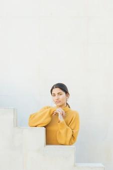 Portret van een jonge vrouw die camera bekijkt