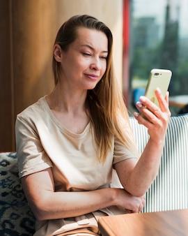 Portret van een jonge vrouw die een selfie neemt