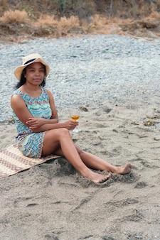 Portret van een jonge vrouw die een wijnglas vasthoudt