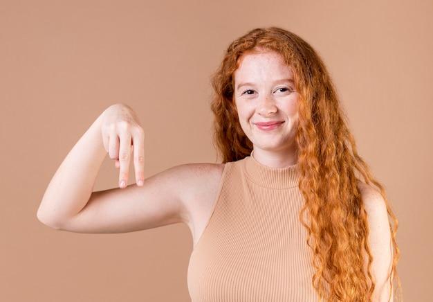 Portret van een jonge vrouw die gebarentaal onderwijst