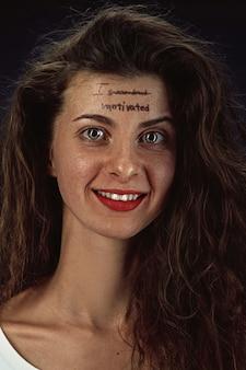 Portret van een jonge vrouw die geestelijke gezondheidsproblemen overwint