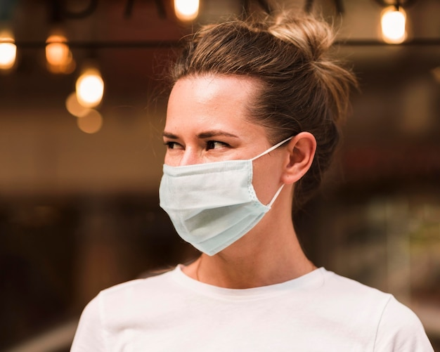 Portret van een jonge vrouw die gezichtsmasker draagt