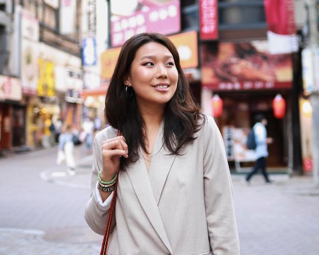 Portret van een jonge vrouw die lacht op straat