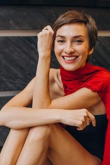Portret van een jonge vrouw die lacht