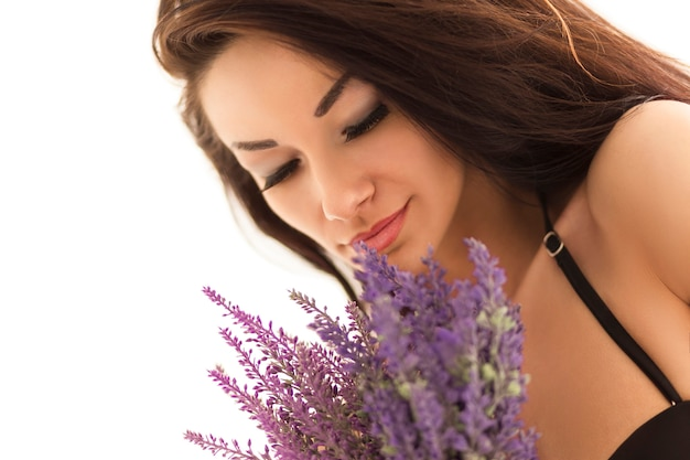 Portret van een jonge vrouw die lavendel