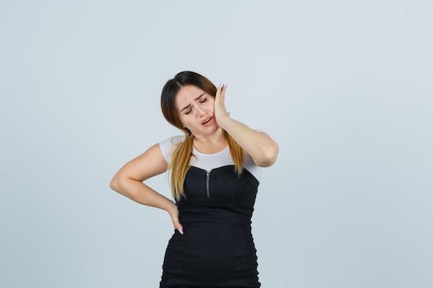 Portret van een jonge vrouw die lijdt aan pijnlijke kiespijn