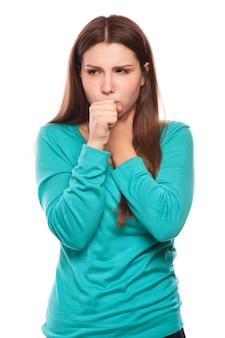 Portret van een jonge vrouw die met vuist hoest