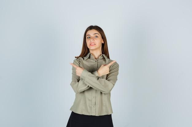 Portret van een jonge vrouw die naar de tegenovergestelde richtingen wijst