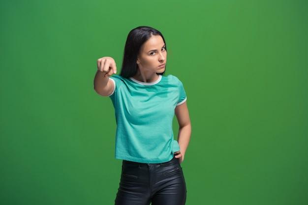 Portret van een jonge vrouw die naar voren wijst