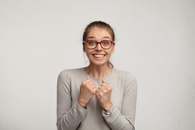Portret van een jonge vrouw die oogglazen draagt