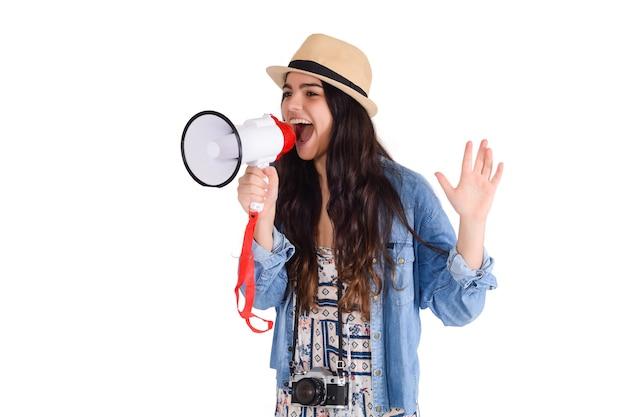 Portret van een jonge vrouw die op een megafoon schreeuwt die op witte achtergrond wordt geïsoleerd. marketing of verkoopconcept.
