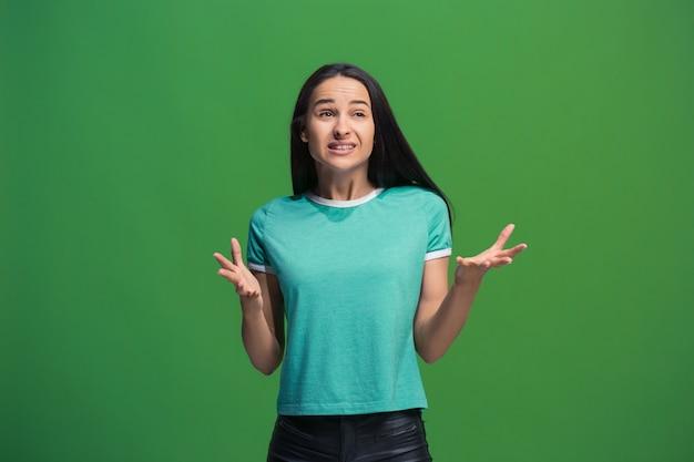 Portret van een jonge vrouw die over groene muur debatteert