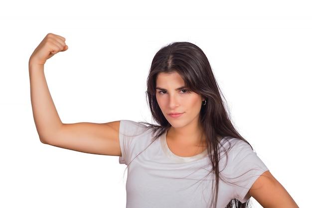Portret van een jonge vrouw die sterk gebaar doet.
