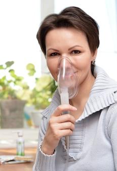 Portret van een jonge vrouw die thuis inhaleert