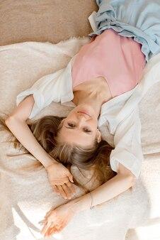 Portret van een jonge vrouw die thuis ontspant