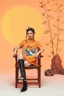 Portret van een jonge vrouw die typisch chinese kleding draagt