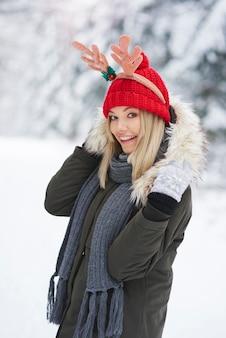 Portret van een jonge vrouw die warme kleren draagt