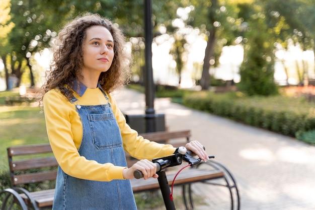 Portret van een jonge vrouw die weg kijkt